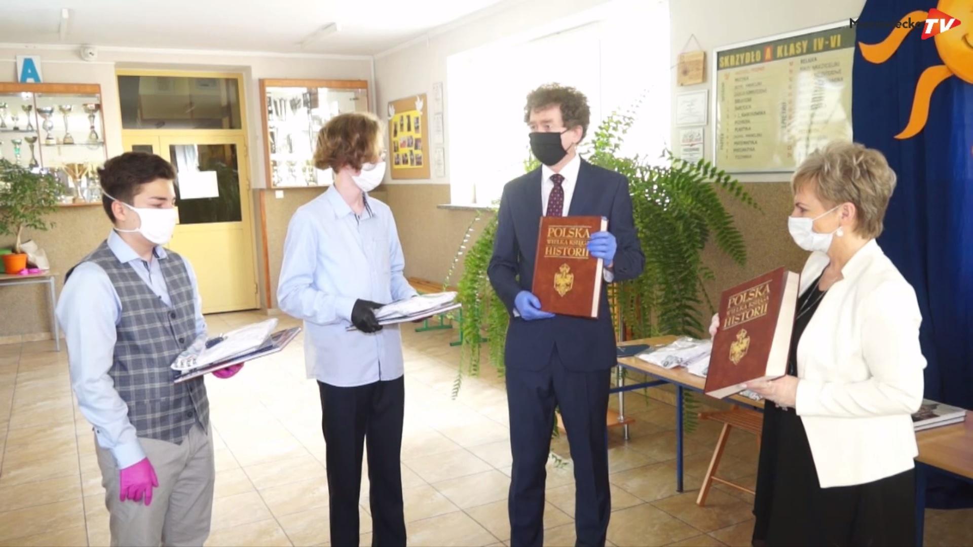 Uczniowie ósmych klas PSP nr 1 w Grójcu odebrali świadectwa ukończenia szkoły