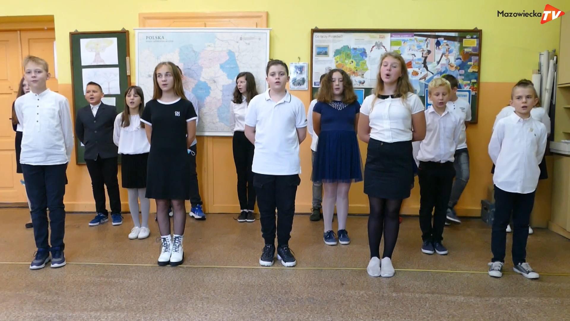 Uczniowie PSP w Borowem nauczycielom z okazji ich święta